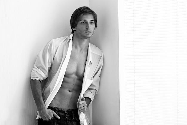 Mode portret van een jonge model man Gratis Foto