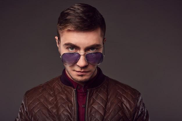 Mode portret van jonge knappe man in de studio Premium Foto