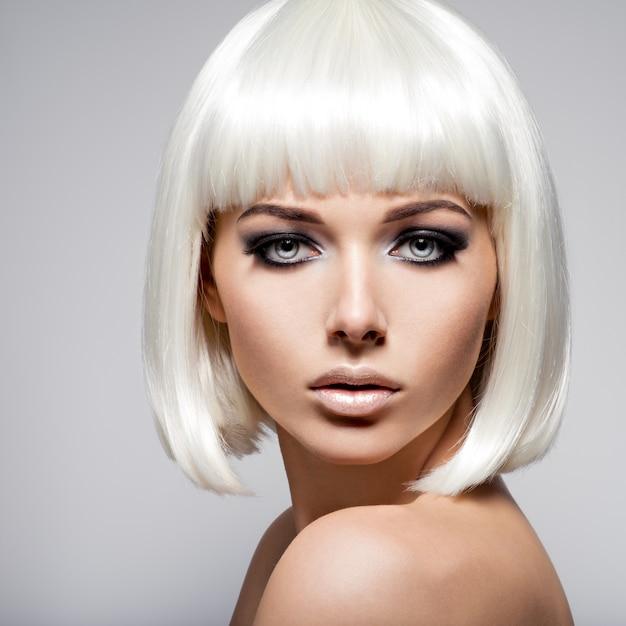 Mode portret van jonge vrouw met blonde haren en zwarte make-up van oog Gratis Foto