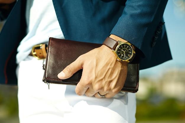 Mode portret van jonge zakenman knappe model man in casual doek pak met accessoires op handen Gratis Foto