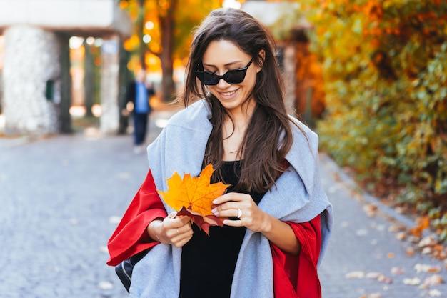 Mode portret van mooie vrouw in herfst park Gratis Foto