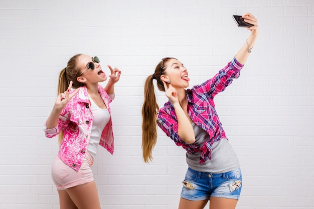 Mode portret van twee vrienden poseren. moderne levensstijl Premium Foto