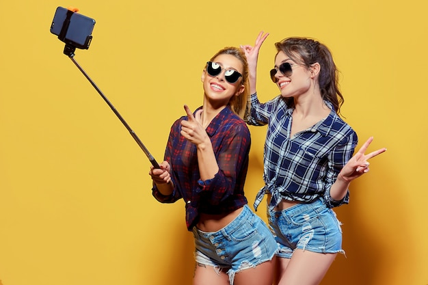 Mode portret van twee vrienden poseren. Premium Foto