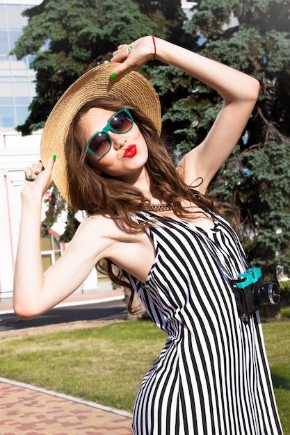 Mode portret vrouw met zonnebril en rode lippen in hoed Gratis Foto