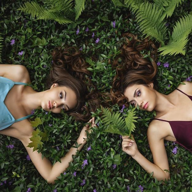 Mode portretfoto van twee vrouwen op de natuur Premium Foto
