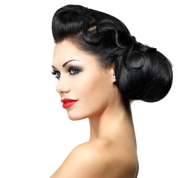 Mode vrouw met schoonheid kapsel en rode lippenstift Gratis Foto