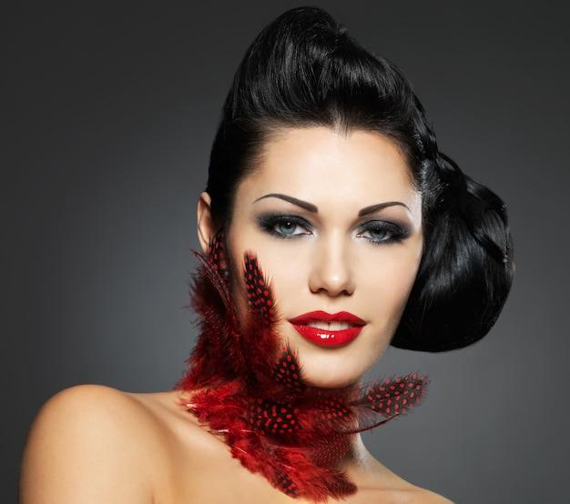 Mode vrouw met schoonheidskapsel en stijlmake-up Gratis Foto