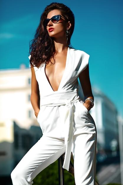 Mode vrouw vrouw model in wit pak in zonnebril in de straat Gratis Foto