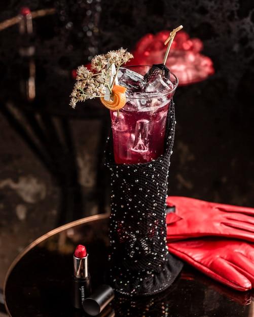 Model cocktailglas met koolzuurhoudende drank Gratis Foto