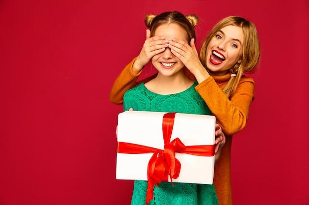 Model die haar vriend behandelt en haar grote geschenkdoos geeft Gratis Foto