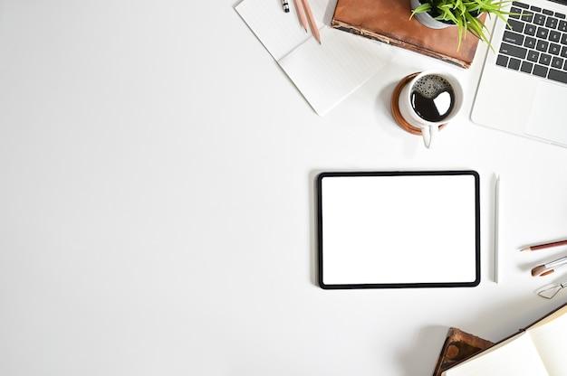 Model digitale tablet op bureau met lijst van de exemplaar de ruimte hoogste mening. Premium Foto