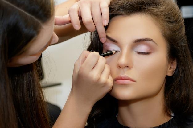 Model en make-up artiest Premium Foto