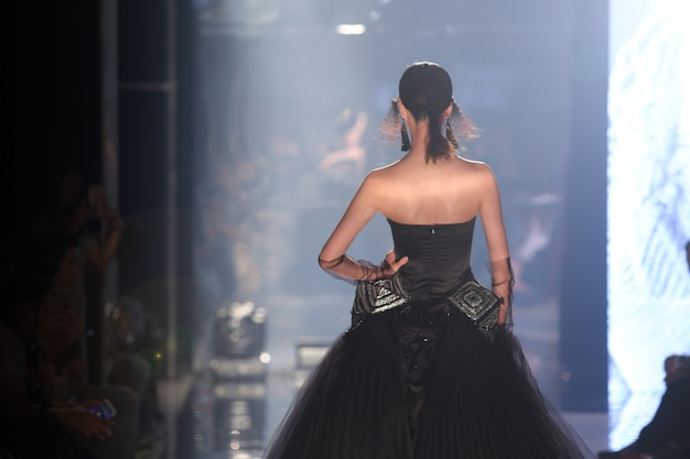 Model loop terug in de spiegel tijdens de runway fashion show Premium Foto