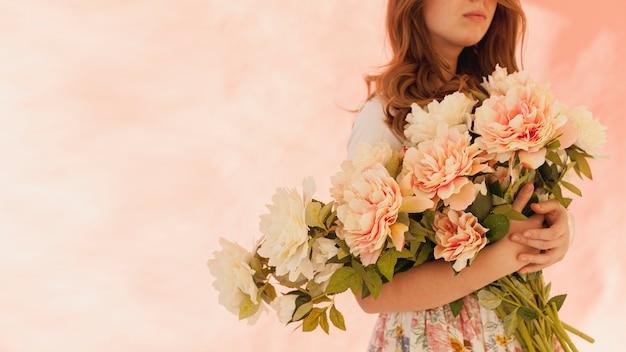 Model met prachtige bloemen Gratis Foto