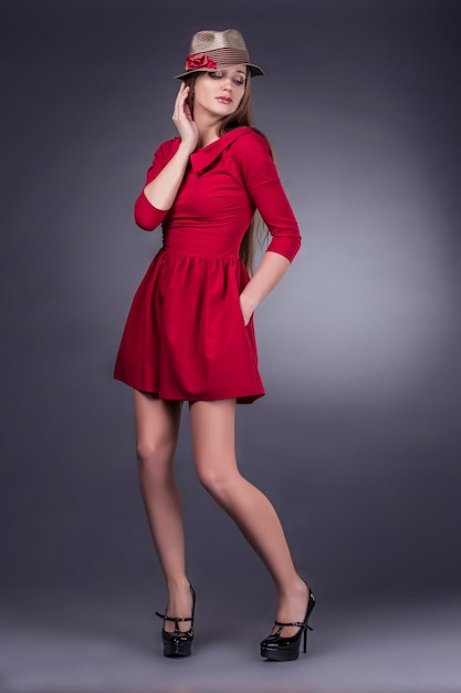 Model mooie vrouwen in modieuze kleding en accessoires schot geïsoleerd op een zwarte achtergrond Premium Foto