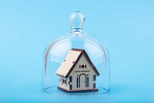 Model van huis op een glazen koepel Premium Foto