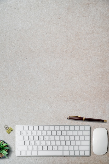 Model wit toetsenbord met levering op geblesseerde document achtergrond. Premium Foto