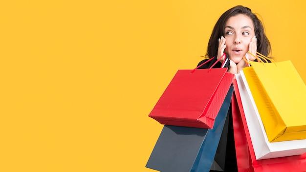 Model wordt gedekt door boodschappentassen kopie ruimte Premium Foto