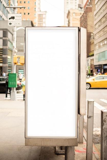 Modelaanplakbord op stoeppost Gratis Foto