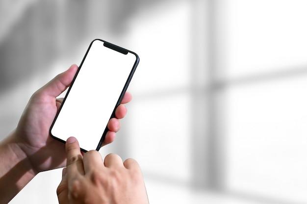 Modelhanden die mobiele telefoon met het lege scherm houden Premium Foto