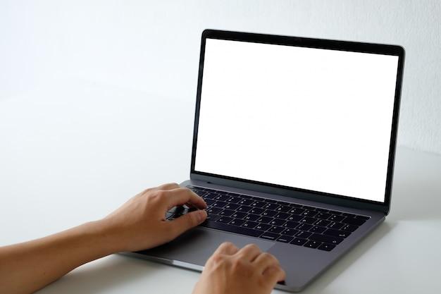 Modellaptop computer die met een man op bureau gebruiken. Premium Foto