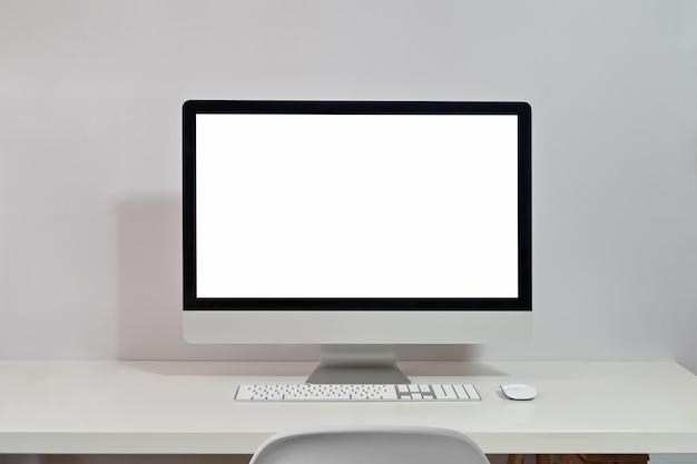 Modellaptop op het bureau van de werkruimtetafel Premium Foto