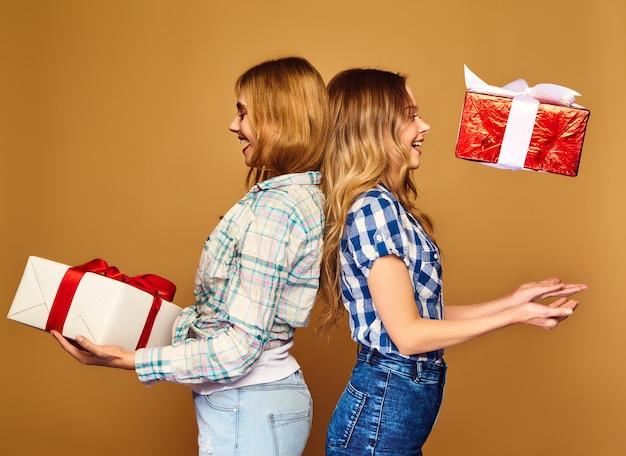 Modellen met grote geschenkdozen poseren Gratis Foto