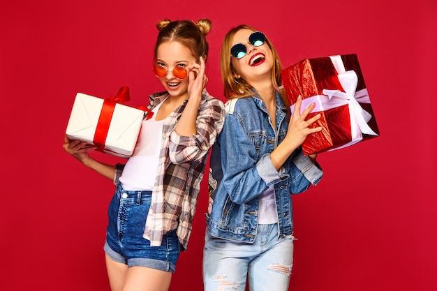 Modellen met grote geschenkdozen Gratis Foto