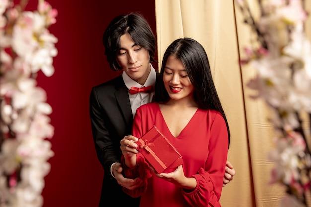 Modellen omarmd met cadeau voor chinees nieuwjaar Gratis Foto