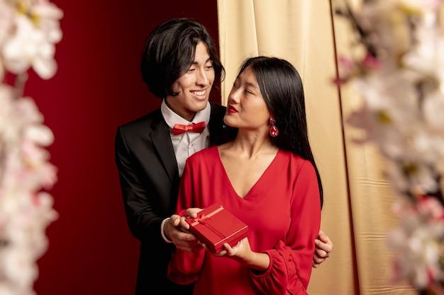 Modellen omarmd voor chinees nieuwjaar Gratis Foto