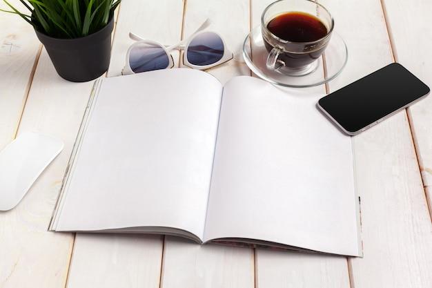 Modelmagazine of catalogus op een houten tafel. Premium Foto