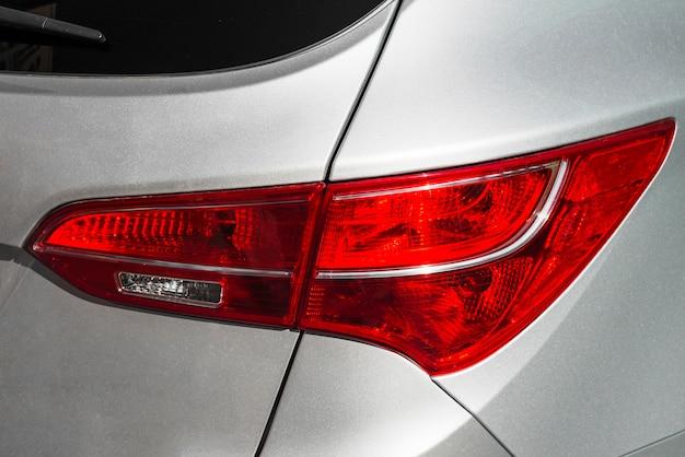 Modern achterlicht van zilveren auto Gratis Foto