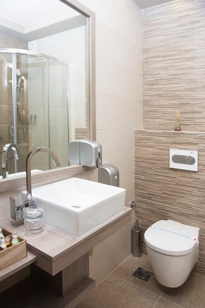 Modern badkamersbinnenland met gootsteen en toiletkom Premium Foto