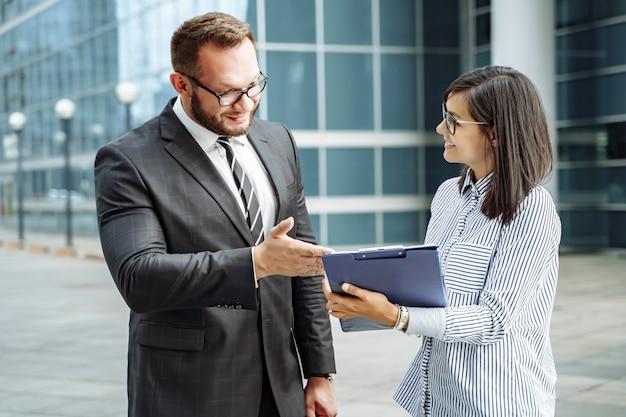 Modern bedrijf. business team brainstormen. succesvolle zakenman en jonge vrouw communiceren Premium Foto