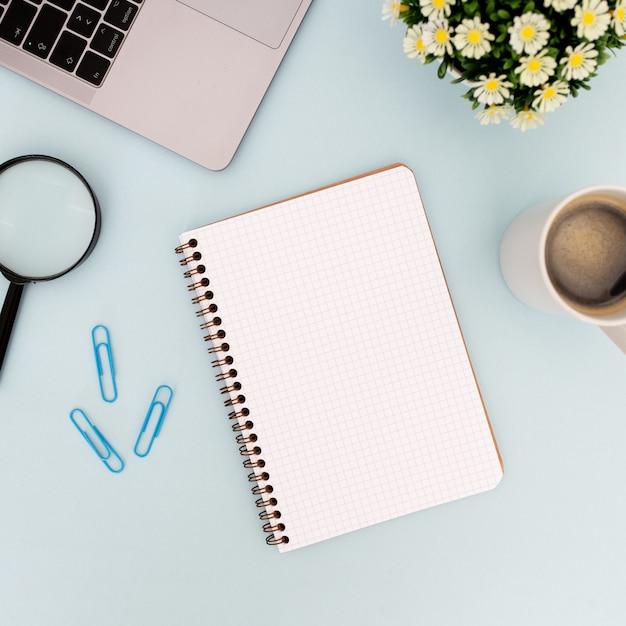 Modern bureau met lege notebook voor mock-up Gratis Foto