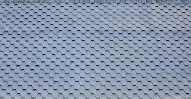 Modern dakwerk en decoratie van schoorstenen. flexibele bitumen of leisteen gordelroos Premium Foto