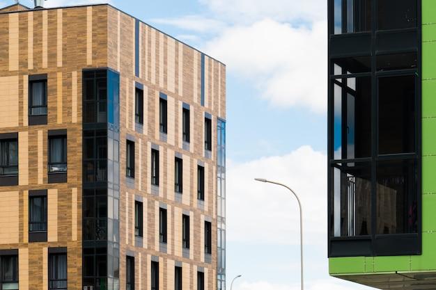 Modern de stadsflatgebouw van het ontwerp in de stad. Premium Foto