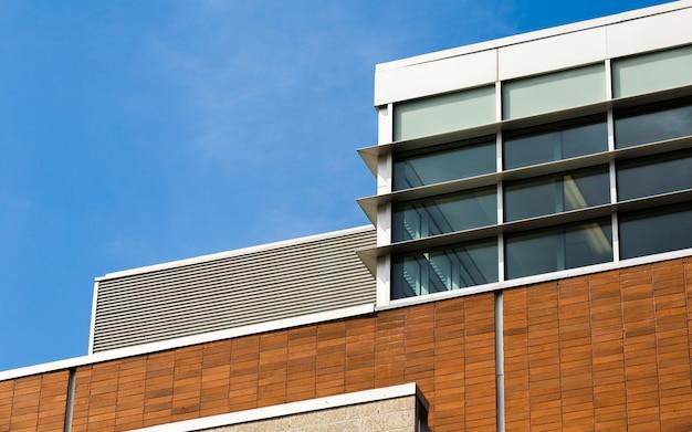 Modern gebouw met gesloten ramen Gratis Foto