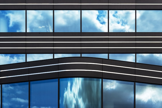 Modern gebouw met glazen ramen die in stilte getuige zijn van het leven van de grote stad Gratis Foto