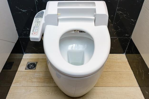 Modern hightech toilet met hygiënische en hoogwaardige technologie van de toiletpot Premium Foto