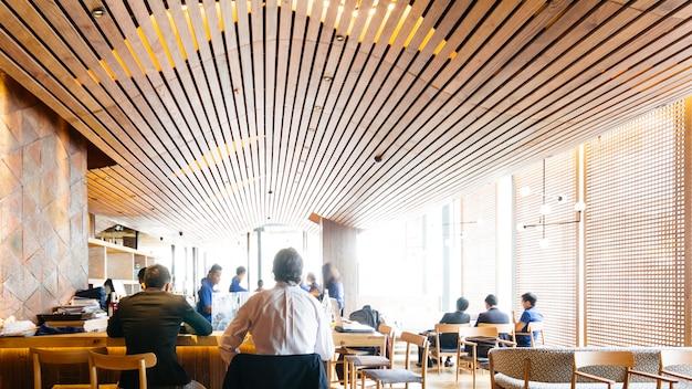 Modern japans restaurant ingericht met houten elementen. gezellige tegenbalk met klanten. Premium Foto