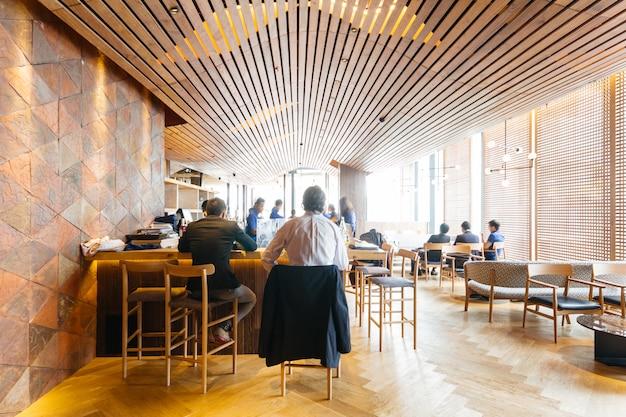 Modern japans restaurant ingericht met houten elementen. Premium Foto