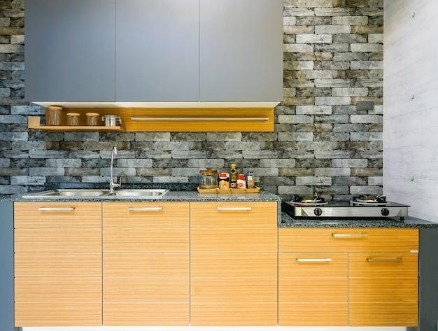 Modern, licht, schoon keukeninterieur met roestvrijstalen apparaten Premium Foto