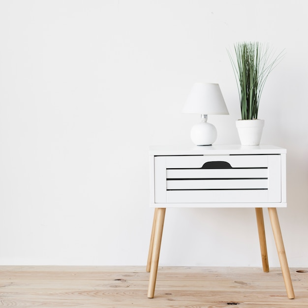Modern minimalistisch nachtkastje met decoratie Gratis Foto