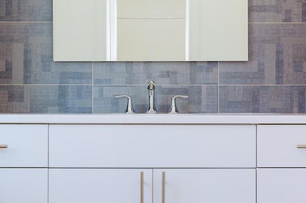 Modern, modern badkamerinterieur met minimalistische wastafel en ligbad Premium Foto