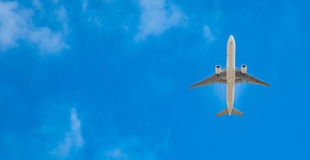 Modern passagiersvliegtuig op blauwe hemel, exemplaarruimte Premium Foto