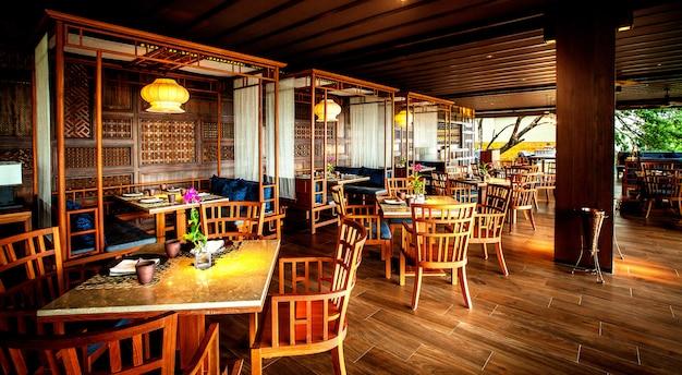 Modern restaurant in het luxe hotel. Premium Foto
