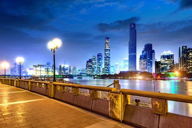 Modern stedelijk landschap 's nachts Premium Foto