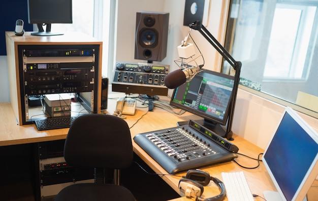 Moderne apparatuur op bureau in radiostudio Premium Foto