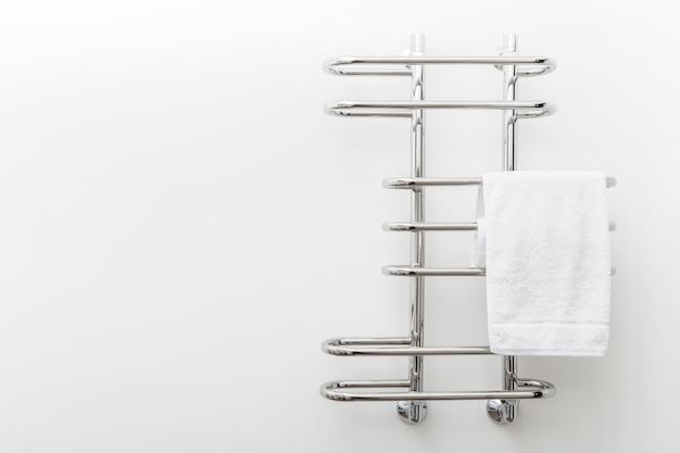 Moderne badkamer handdoek droger op witte muur Premium Foto